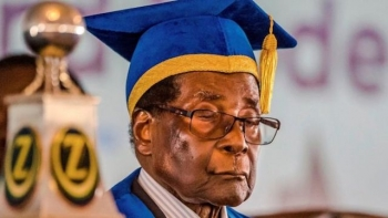 Zimbabwe's Robert Mugabe leads university commencement, on Nov 17, 2017